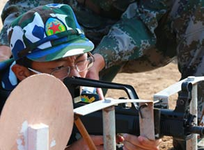 军训营第七日:学生体验95式实弹射击
