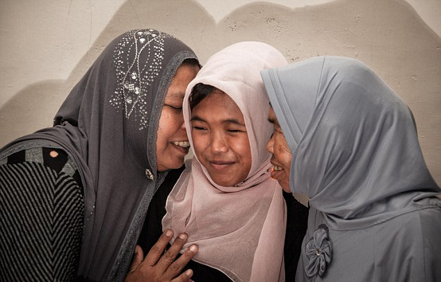 女孩/印尼女孩被海啸卷走10年后与家人团聚(1/9)