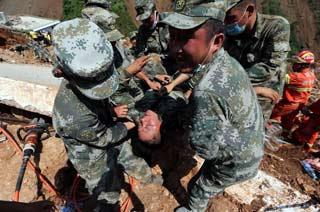 解放军战士连夜救灾中暑晕倒-中国军事图