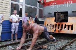 俄远东举重冠军挑战拉动200多吨列车未果
