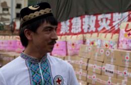 切糕王子带万斤切糕抵达鲁甸灾区