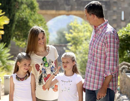 西班牙王妃与全家出游 展现迷人母性魅力