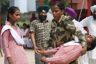 印度女学生学习防身术应对强奸