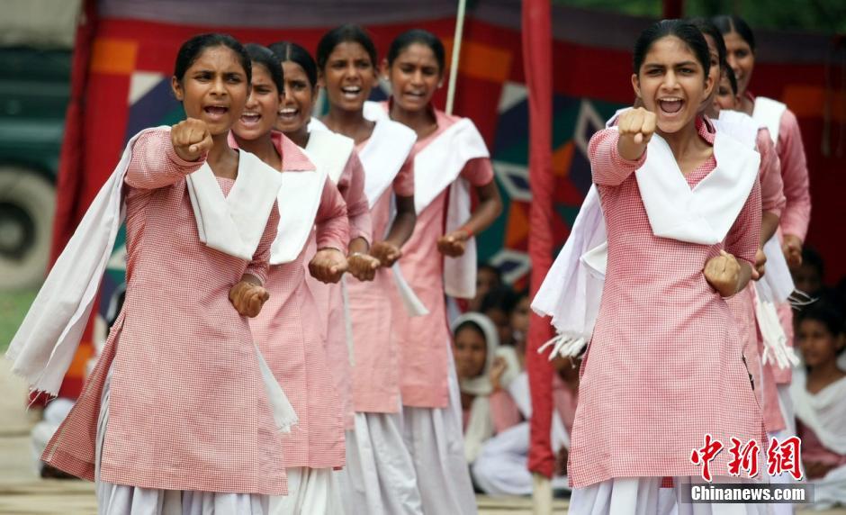 印度女大学生照片_印度女学生学习防身术应对强奸_军事_环球网