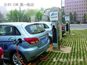 """北京实施""""双轮驱动""""原则建电动车充电桩"""