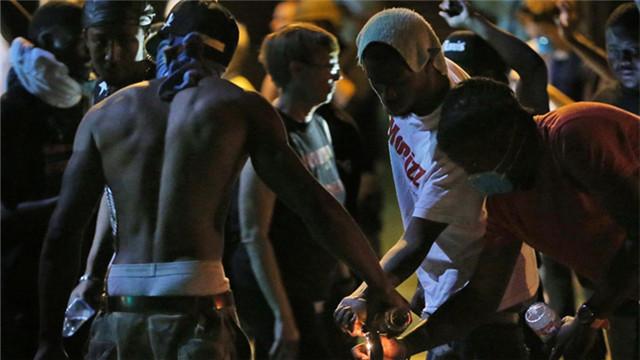 美国警察射杀黑人所引发抗议活动演变成暴力事件