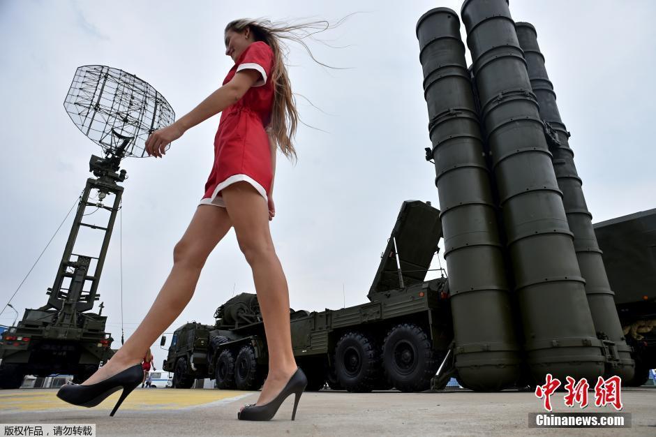 长腿模特从S400导弹旁路过 军事