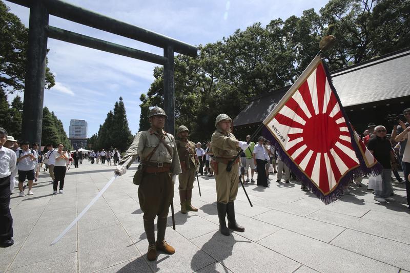 日本二战投降69周年 男子穿老式军装参拜靖国神社图片