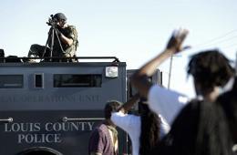 美警察枪杀黑人引抗议 特警投放瓦斯弹