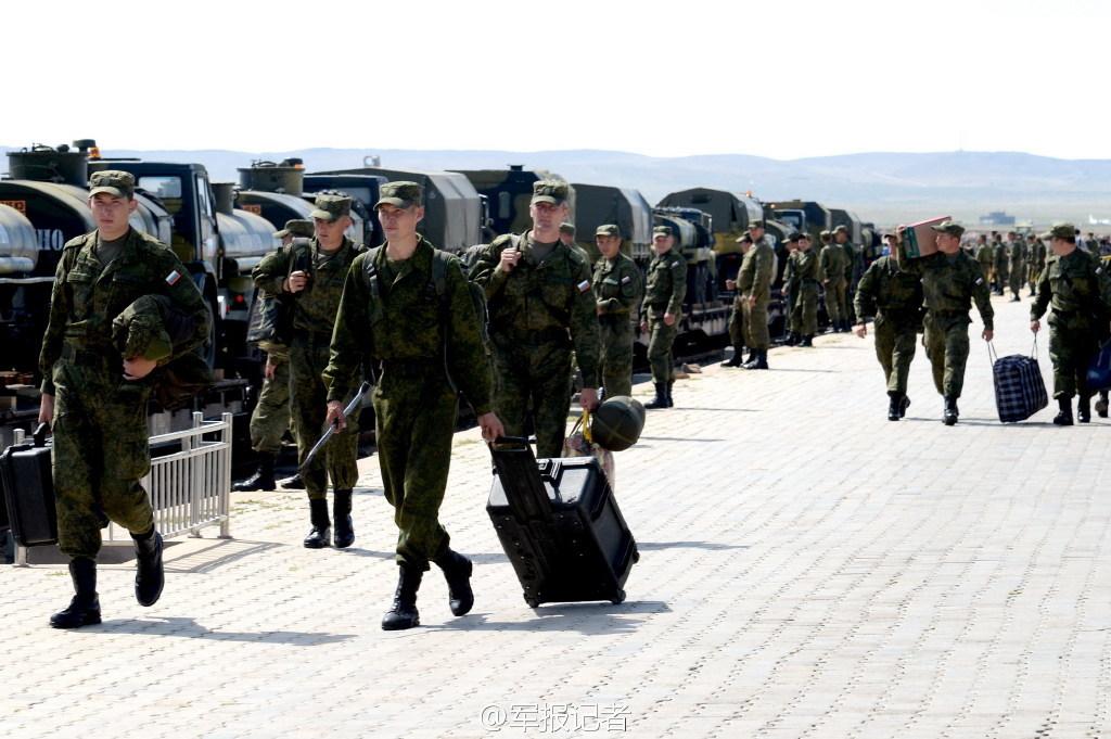 身上大包小包的俄军官兵仿佛长途旅行的旅客一般. (36)