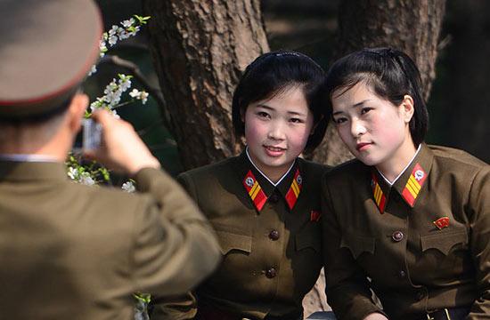 朝鲜军警百态:女兵街头合影