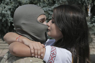 乌青年被征往前线与女友吻别