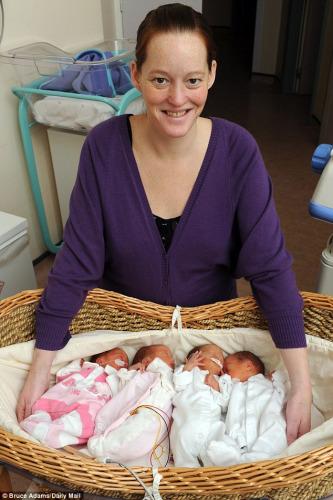 四胞胎姐妹将上学 母亲准备多彩头饰区分(图)
