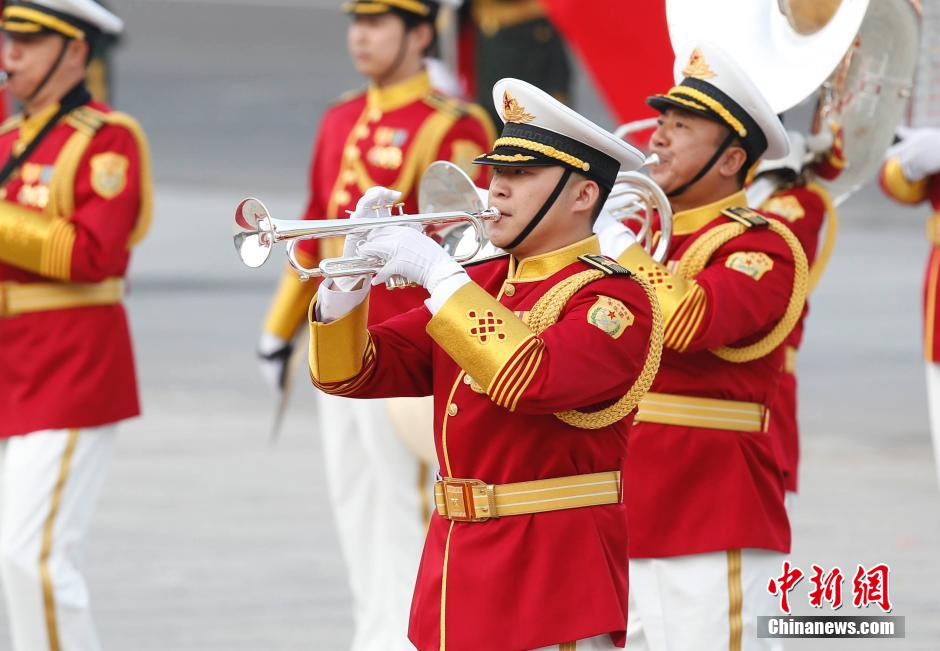 中新社发 杜洋 摄-解放军三军仪仗队换装新式礼服