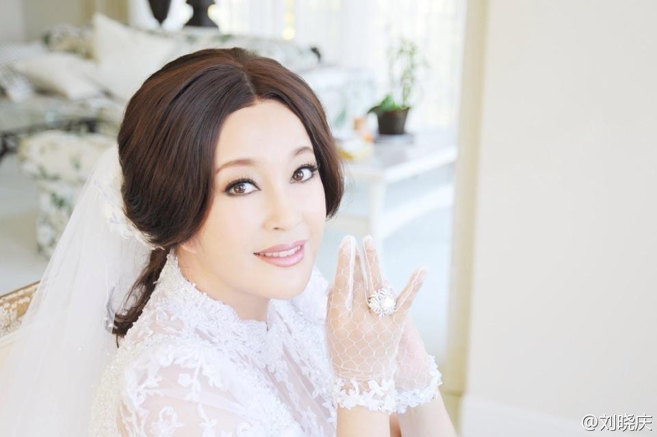 结婚纪念日的图片_刘晓庆发婚礼剧照 纪念与第三任丈夫结婚两周年_娱乐_环球网