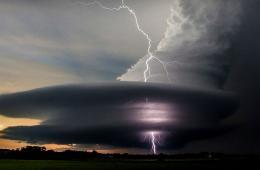 美内布拉斯加州现奇景 闪电击穿超大胞风暴