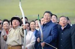 习近平看蒙古那达慕弯弓搭箭