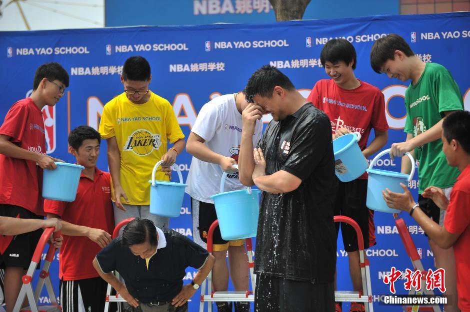 姚明与78岁韩美林共同挑战冰桶