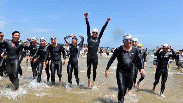 """两岸14位""""泳士""""成功横渡台湾海峡"""
