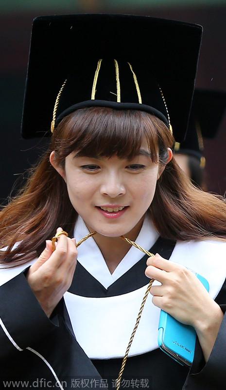 韩国成均馆大学传统毕业典礼 学生跪地参加告