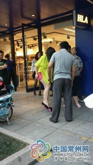 14岁少女打扮成熟 当街辱骂父亲引围观