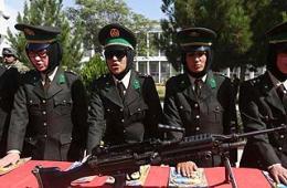 阿富汗女兵戴墨镜参加毕业典礼