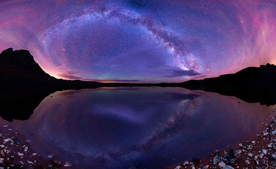 【环球网综合报道】据英国《每日邮报》8月26日消息,摄影师马特•佩恩拍摄的令人难以置信的照片显示,成千上万的星星在科罗拉多山脉和俄勒冈州的上空组成了彩虹的图案。    佩恩说,住在城市里的人们从不相信我的照片是真实的,因为他们从来没有见过这么多的星星。这些令人赞叹不已的照片显示,色彩斑斓的星星组成彩虹的形状,照亮了北美迷人的夜空。   这些壮观的图片,使得繁星点点的夜空看起来好像他们在太空的深处。但这些令人惊叹的照片实际上是马特•佩恩的工作图,他在俄勒冈州和科罗拉多州的拍摄图像。佩