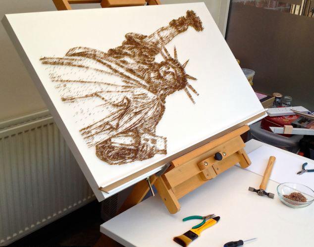 """【环球网综合报道】据英国《每日邮报》8月26报道,英国沃灵顿市的一名52岁的艺术家用锤子和钉子制作出了一幅幅美丽的名人肖像,其中包括玛丽莲梦露、""""披头士"""",甚至是英国女王。这位艺术家名叫大卫·福斯特(David Foster),目前已经用完了近3万颗钉子。   据报道,大卫的每件作品大约要花3周的时间来完成,售价在2000英镑到4000英镑之间(约合人民币20000至40000元)。他说:""""作画的整个过程都使我紧张,因为我要用铁锤和一盒钉子布置一副艺术"""