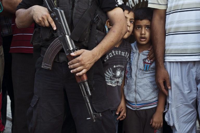 巴勒斯坦人亲吻哈马斯游行战士 以色列与哈马斯均吹嘘获胜