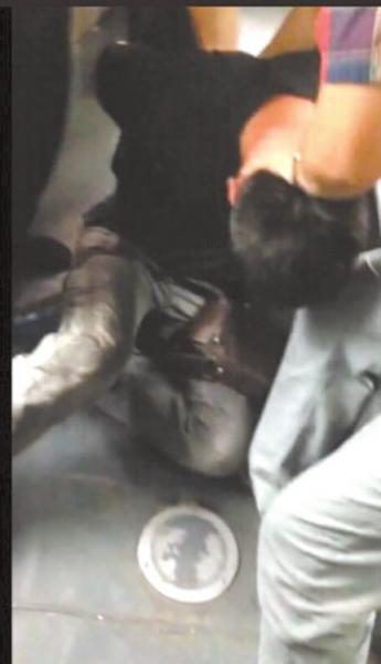 男子公交上猥亵被发现欲跳窗逃走 被众人制服(图)