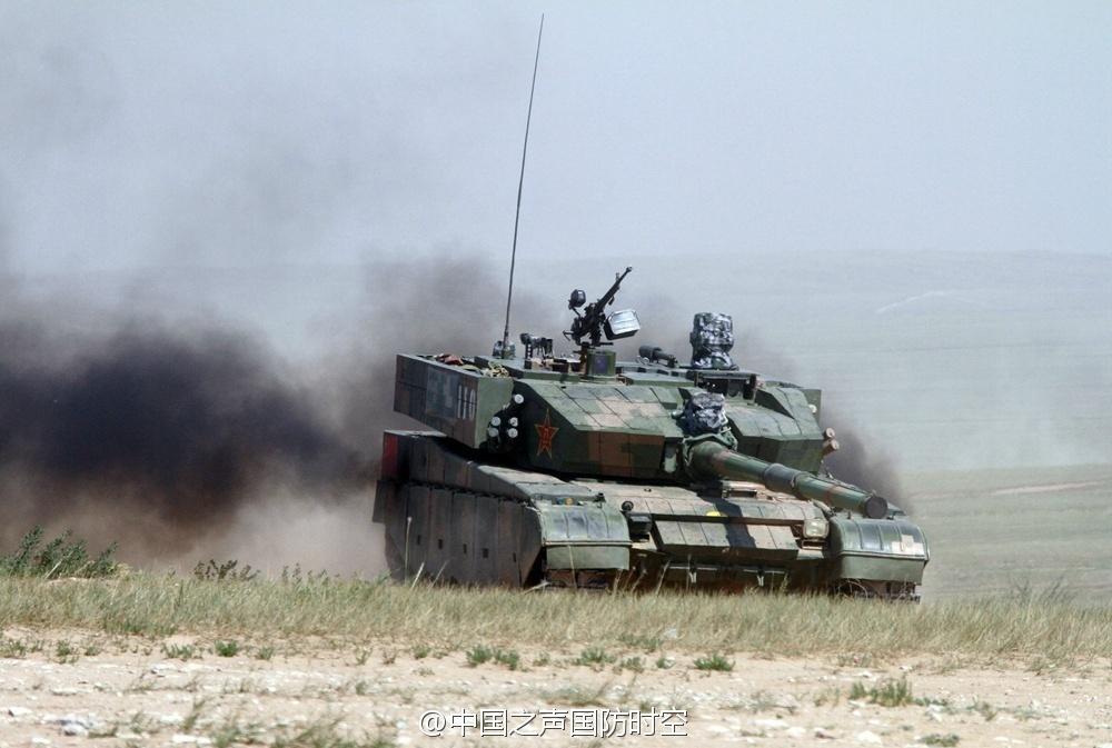 解放军新型坦克前进画面(图片来源:中国之声国防时空 官方微博)-