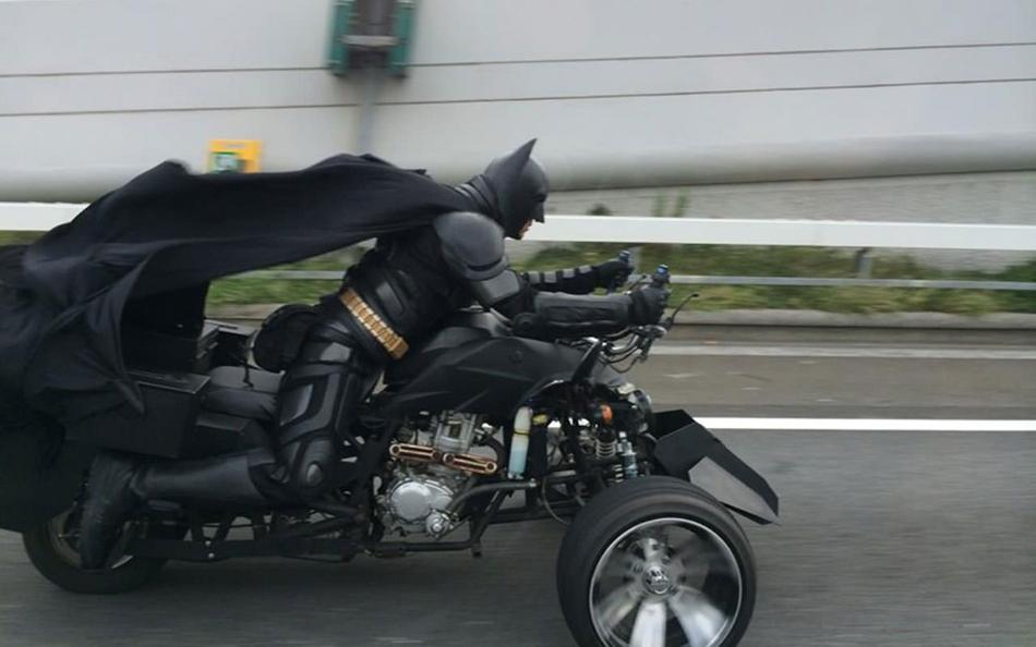 """日本高速公路惊现""""蝙蝠侠"""" 民众接力追其踪迹"""