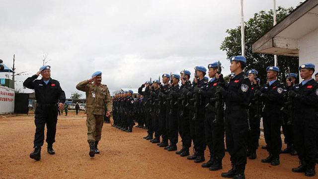 联合国驻利比里亚维和部队副司令视察中国防暴队