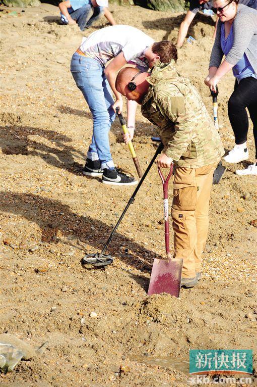艺术家在海滩埋30根金条 游客蜂拥寻宝(图)