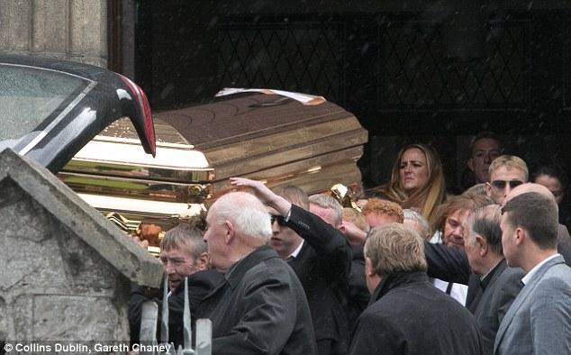 爱尔兰黑帮老大被装在黄金棺材下葬
