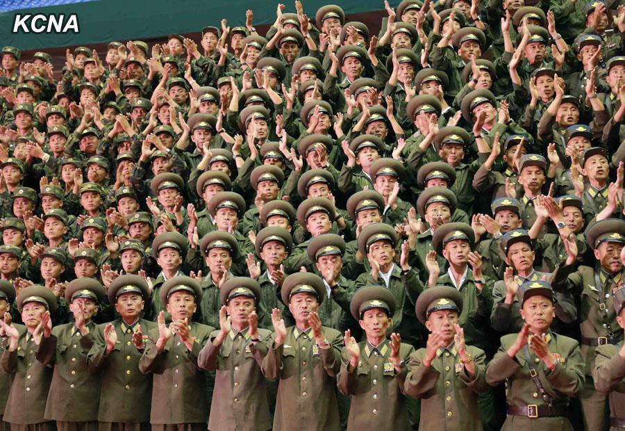 朝鲜空降兵进行实战演练 金正恩指导称其个个是硬汉