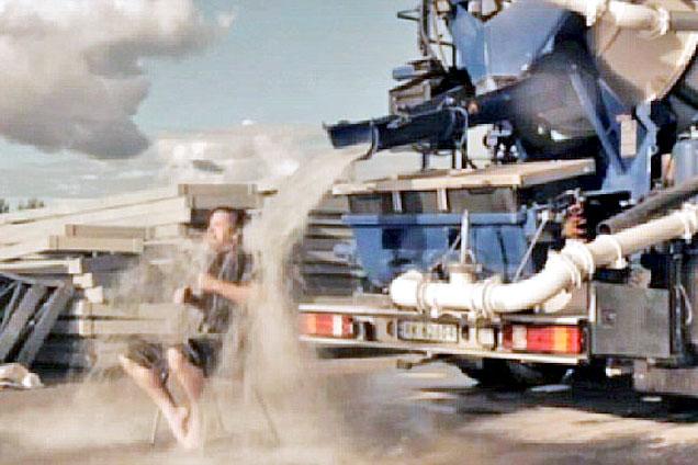 挪威男子玩冰桶挑战水泥车浇7000升冰水