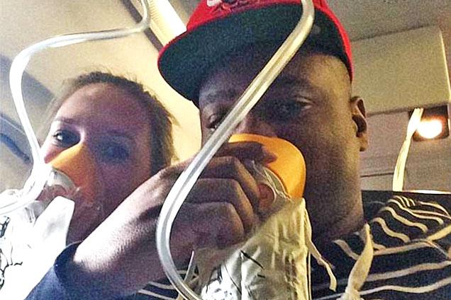 美客机意外迫降 乘客被迫戴氧气罩