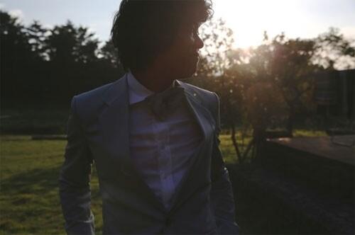 李孝利与李尚顺穿婚礼礼服拍照 纪念结婚一周年