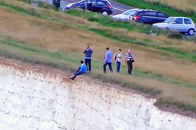 英游客150米悬崖边冒死拍照遭批