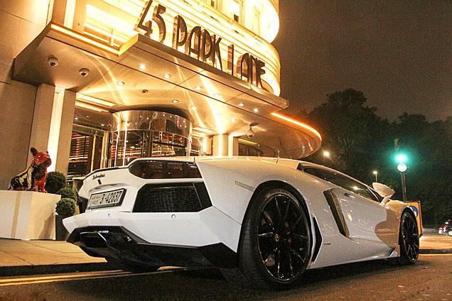 阿拉伯富豪驾驶超跑赴伦敦度假引围观
