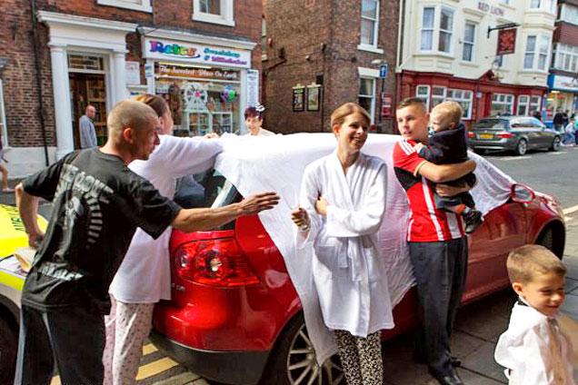 英孕妇参加好友婚礼意外现场产子