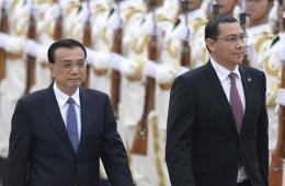 李克强举行仪式 欢迎罗马尼亚总理蓬塔访华
