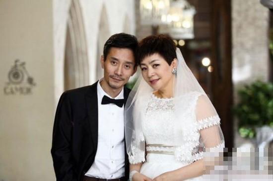 53岁宋丹丹曝婚纱剧照 网友赞气质典雅