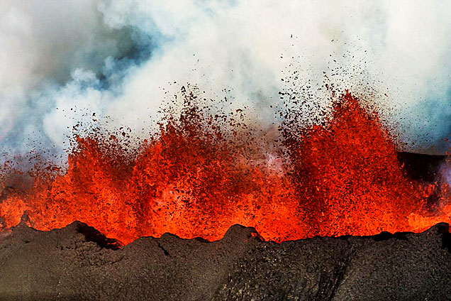 冰岛火山喷射岩浆形成30米高火墙
