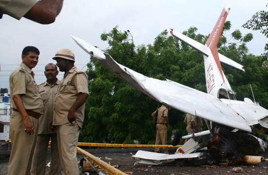 印度女飞行学员驾滑翔机坠屋顶