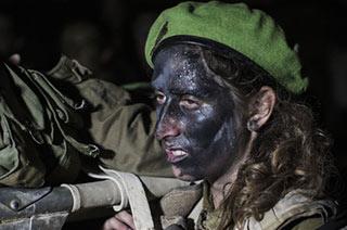 以色列女兵涂成大花脸晚上出没