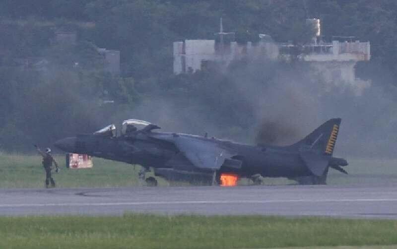 美军一架鹞式战机在冲绳嘉手纳基地着陆时起火