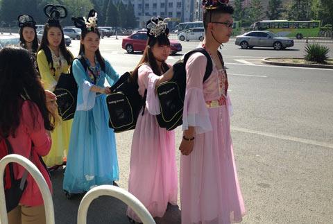 北京男女古装滑轮送快递
