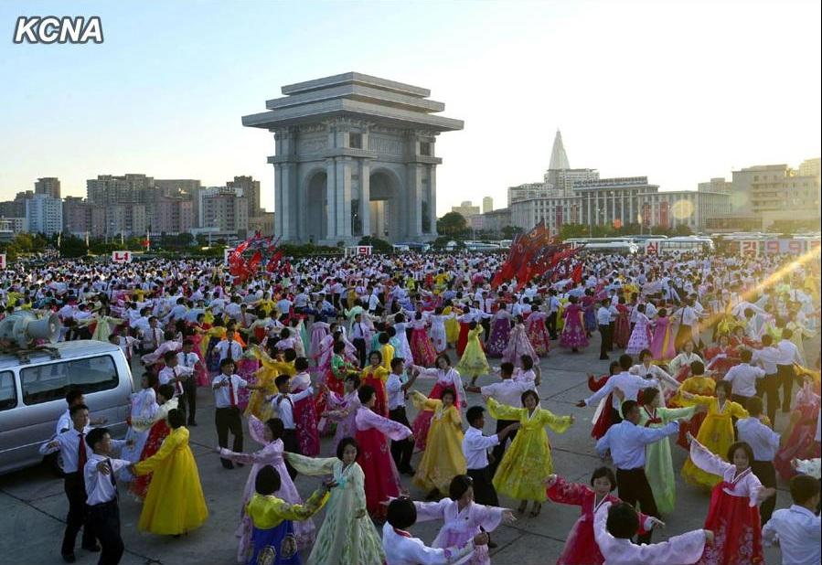 朝鲜学生举行国庆舞会
